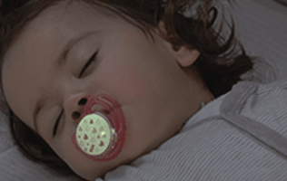 Sleeping Baby with https://www.nuk.co.za/nuk-freestyle-night-schnuller.htmlGlow in the dark soother